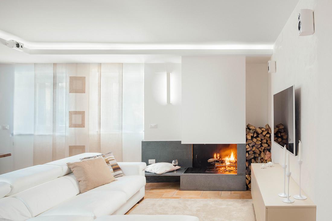 Casa_A+M. Living. divano, camino, design, progettazione, architettura