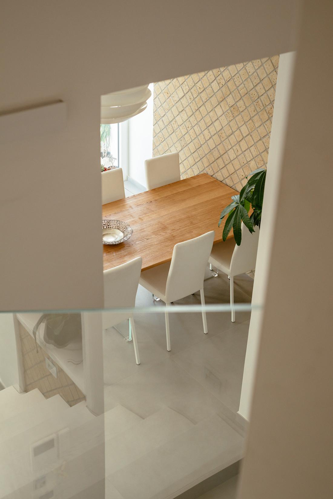 Zona pranzo con rivestimento in tufo Manuarino architettura