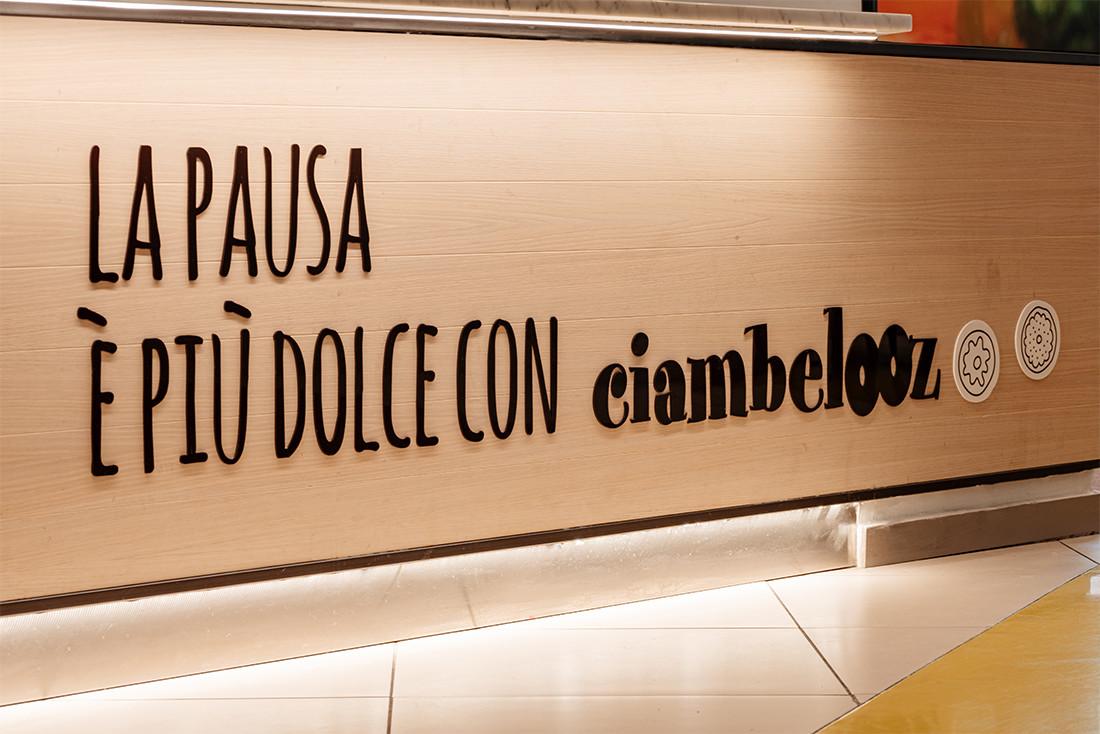 Lettere in plexiglas a banco Manuarino Architettura design comunicazione